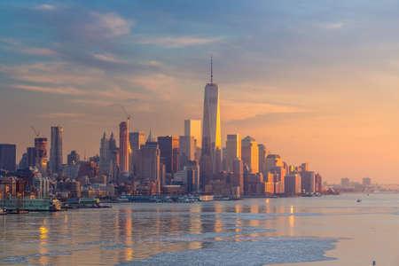 libertad: Ciudad de Nueva York con los rascacielos iluminados en el r�o Hudson panorama, incluyendo el World Trade Center Uno
