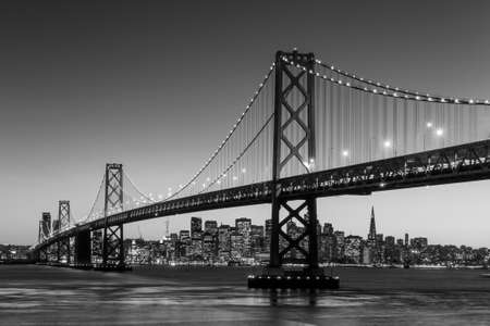 San Francisco のスカイラインとベイブリッジ夕暮れ、カリフォルニア州アメリカ合衆国 写真素材