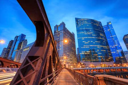 밤 시카고 시내와 시카고 강.