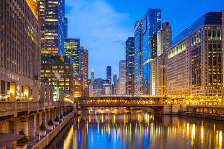 Chicago downtown and Chicago River at night. Imagens - 42105518