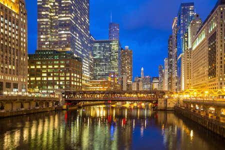 シカゴ ダウンタウンと夜のシカゴ川。 写真素材