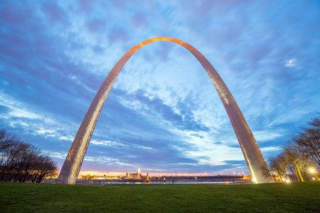 louis: St. Louis Gateway Arch in Missouri at twilight