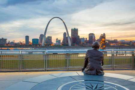 illinois river: St. Louise - APRIL 11 : Downtown  St. Louis on April 11, 2015 The city developed along the western bank of the Mississippi River, which forms Missouris border with Illinois.