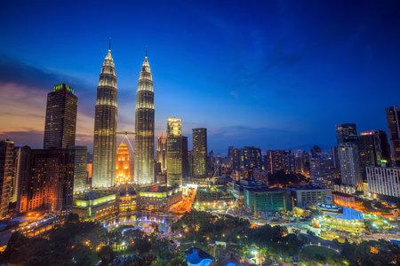 gemelas: Vista superior de la ciudad de Kuala Lumper en el crep�sculo