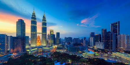gemelas: Vista superior de la ciudad de Kuala Lumper en el crepúsculo