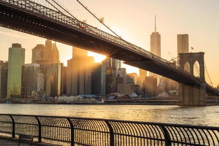 夕暮れ時、ニューヨーク市ブルックリン橋