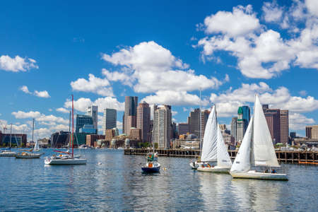 Boston skyline seen from Piers Park, Massachusetts, USA 新聞圖片