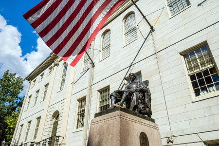 harvard university: John Harvard statue in Harvard University in Cambridge, MA, USA Editorial