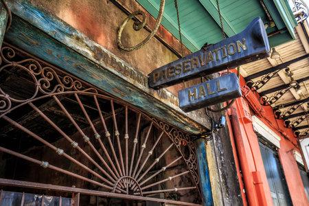 NOWY ORLEAN, LOUISIANA - 25 sierpnia: Preservation Hall w Nowym Orleanie 25 sierpnia 2015 roku. Preservation Hall została założona w 1961 roku w celu zachowania, utrwalenia i ochrony tradycyjnego nowoorleańskiego jazzu.
