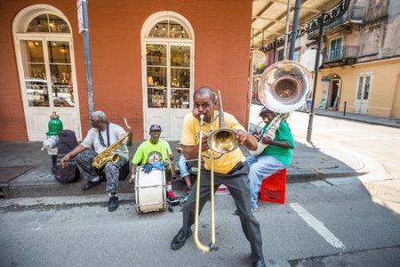 NEW ORLEANS - 25 augustus: De Franse QuarterIn in New Orleans op 25 augustus 2015, een jazz band speelt jazz melodieën in de straat voor donaties van de toeristen Redactioneel