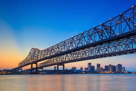 De Crescent City Connection Bridge op de rivier de Mississippi en het centrum van New Orleans Louisiana