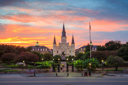 Saint Louis Cathedral und Jackson Square in New Orleans, Louisiana, USA bei Sonnenuntergang