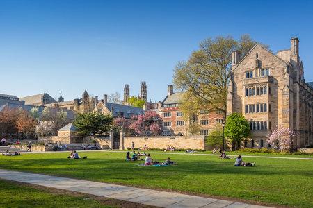 예일 대학, 뉴 헤이븐 - 4 월 4 : 4 월 4 일 예일 대학 캠퍼스, 2015 그것은 뉴 헤이븐, 코네티컷에있는 사립 아이비 리그의 연구 대학입니다. 1701 년에 설립  에디토리얼