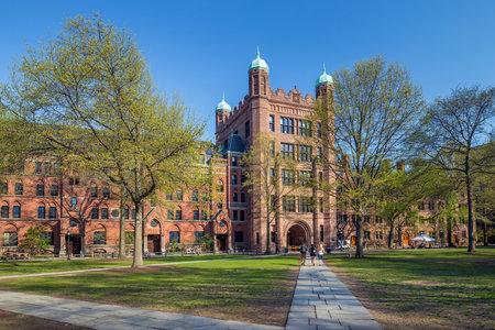 뉴 헤이븐, CT 미국에서 봄 푸른 하늘에 예일 대학 건물