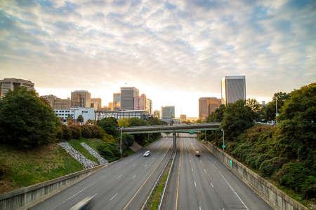 El centro de Richmond, Virginia horizonte en el crepúsculo.