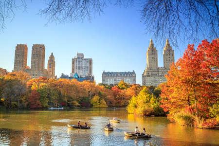 Central Park in de herfst met kleurrijke bomen en wolkenkrabbers Stockfoto