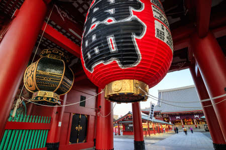 compañerismo: TOKYO, JAPAN - JANUARY 9: Sensoji Temple on January 9, 2016 in Tokyo, Japan. The temple is the oldest and the most popular destination in Tokyo.