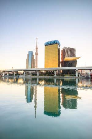 Tokyo-Skyline auf dem Sumida-Fluss in der Dämmerung.