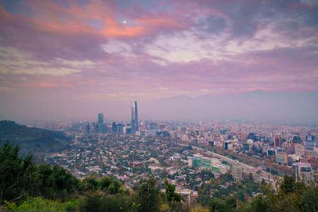 Die Skyline von Santiago in Chile bei Sonnenuntergang