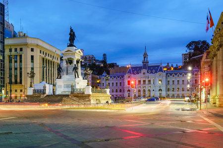 bandera chilena: La plaza Sotomayor en Valparaíso, Chile en la noche