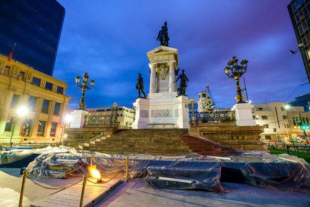 bandera chilena: The Sotomayor square at Valparaiso, Chile at night Editorial
