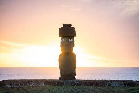 moai: silueta tiro de moais en Isla de Pascua, Chile Foto de archivo