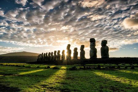 moai: Silueta de un disparo de moais en Isla de Pascua, Chile amanecer Foto de archivo