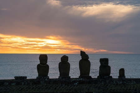 rapanui: silueta tiro de moais en Isla de Pascua, Chile Foto de archivo