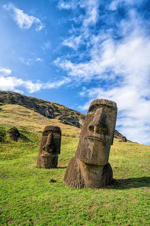 rapanui: Moais en el volcán Rano Raraku en la isla de Pascua, Chile con el cielo azul