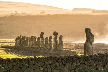 rapanui: Moais en Ahu Tongariki en la isla de Pascua, Chile Foto de archivo