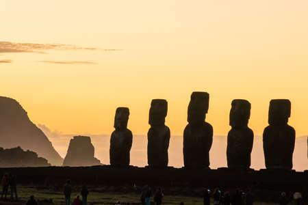rapa nui: Moais en Ahu Tongariki en la isla de Pascua, Chile Foto de archivo