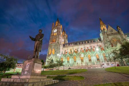 El Voto Nacional de la basílica del en Quito, Ecuador en la noche