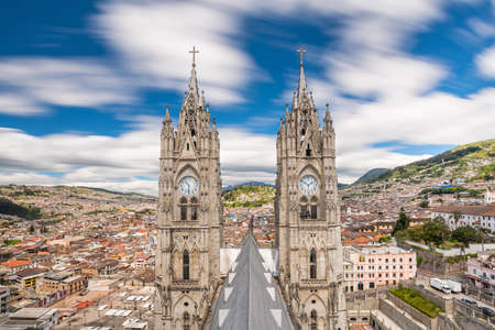 Basilica del Voto Nacional and downtown Quito in Ecuador 免版税图像