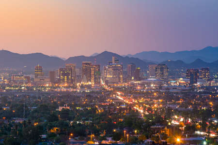 日没でアメリカのアリゾナ州フェニックス ダウンタウンのトップ ビュー 写真素材