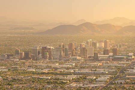 日没でアメリカのアリゾナ州フェニックス ダウンタウンのトップ ビュー 写真素材 - 62395818