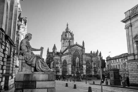 mile: Street view of the historic Royal Mile, Edinburgh, Scotland Stock Photo