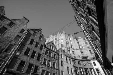 mile high city: Street view of the historic old town, Edinburgh, Scotland