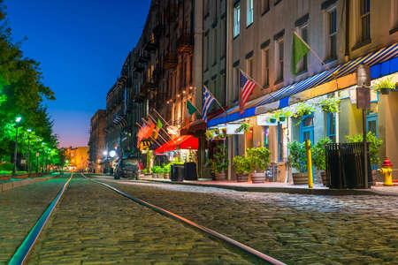 Geschäfte und Restaurants in River Street in der Innenstadt von Savannah in Georgia USA