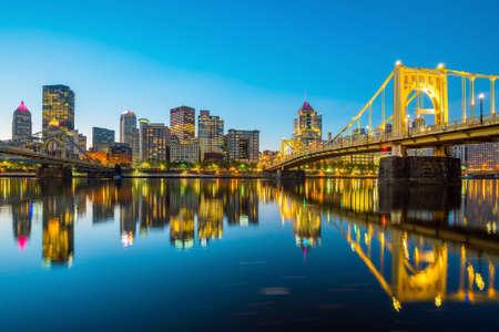 Panorama van de stad Pittsburgh skyline bij schemering
