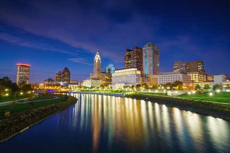 Vue du centre-ville de Columbus Ohio Skyline au crépuscule Banque d'images - 69239392