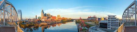 米国でカンバーランド川とテネシー州ナッシュビルのダウンタウンのスカイライン