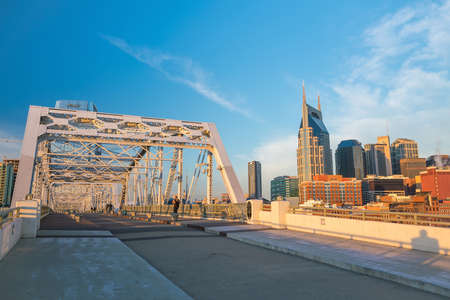 tn  tennessee: Nashville, Tennessee downtown skyline with Cumberland River in USA Foto de archivo