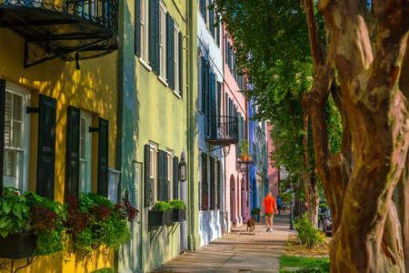Rainbow Row coloridas y bien conservadas históricas casas georgianas de fila en Charleston, Carolina del Sur, Estados Unidos