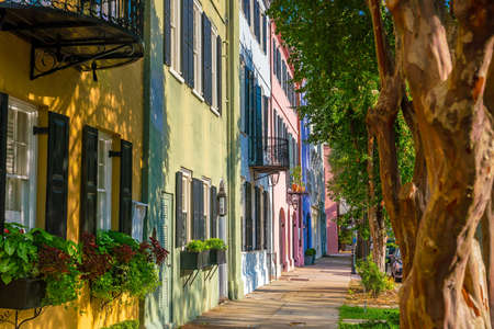 Rainbow Row colorful and well-preserved historic Georgian row houses in Charleston, South Carolina, USA 版權商用圖片