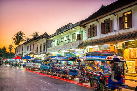 古い町ルアンパバーン、ラオス夕暮れの通り