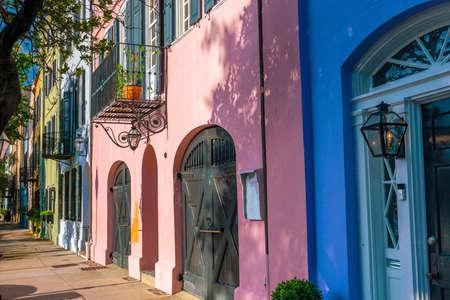 Rainbow Row kleurrijke en goed bewaarde historische Georgische rij huizen in Charleston, South Carolina, USA