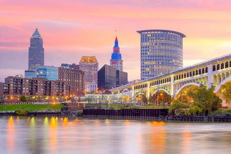 Weergave van het centrum van Cleveland skyline in Ohio USA bij schemering