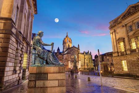 mile high city: Street view of the historic Royal Mile, Edinburgh, Scotland Stock Photo