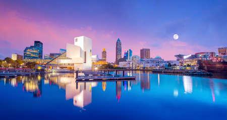 Ligne d'horizon du centre-ville de Cleveland du bord du lac Ohio USA Banque d'images - 74058625