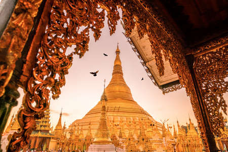 Sunrise at the Shwedagon Pagoda in Yangon, Myanmar 版權商用圖片